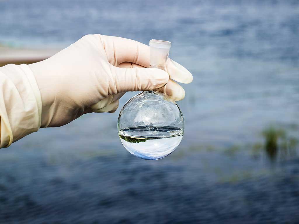 Reduce la conductividad del agua con desionización